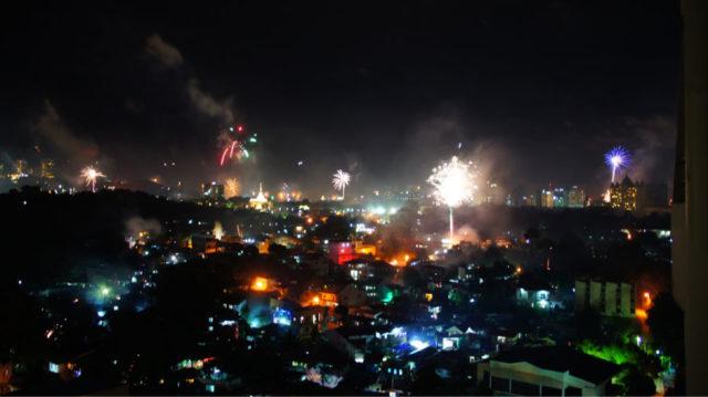 フィリピンではニューイヤーの際に見渡す限りの花火が打ち上げられます
