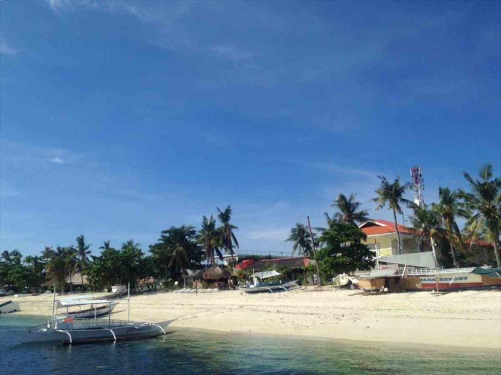 マラパスクア島のビーチ到着